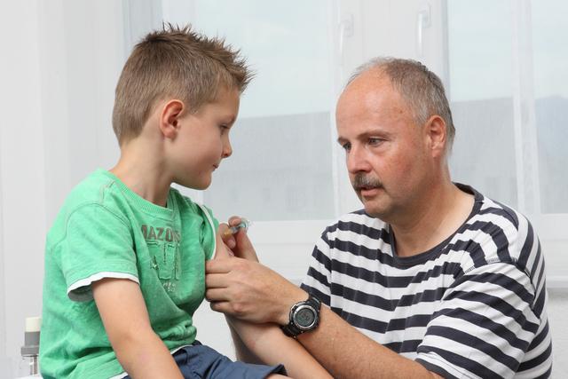 Knabe bei der Impfung